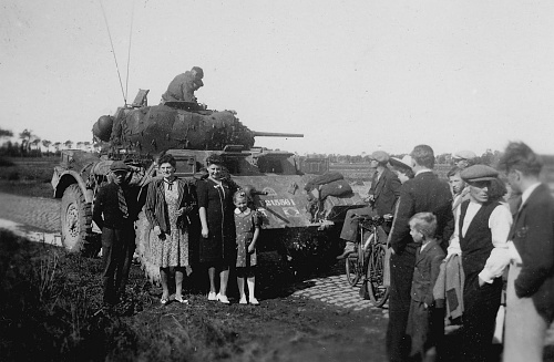 Click image for larger version  Name:Dudzele_bevrijding_Stationsweg_1944_spoorweg_Canadezen_voertuigen_1.jpg Views:13 Size:155.5 KB ID:105313