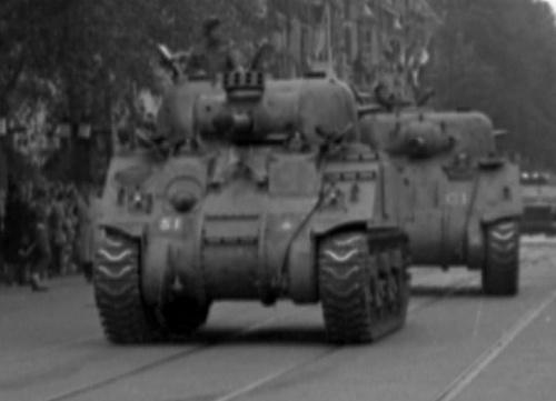 Click image for larger version  Name:Screenshot 2021-09-15 at 00-33-22 Optocht van geallieerde strijdkrachten Canadese tanks rijden i.jpg Views:0 Size:72.4 KB ID:124744