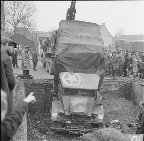 Click image for larger version  Name:The_British_Army_in_North-west_Europe_1944-45_B13120.jpg Views:1 Size:81.8 KB ID:95199