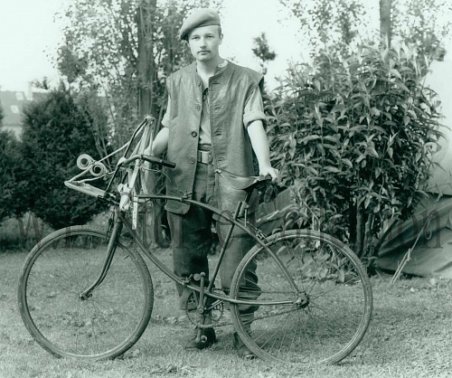 Click image for larger version  Name:97-1 Gary Hancock with BSA Folding Bike copy.jpg Views:0 Size:631.8 KB ID:107814